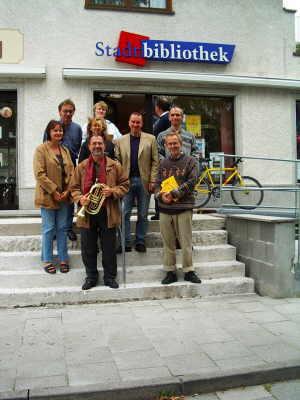 Bücherbegehren 2003 in Waldtrudering mit u.a. Ulrich Chaussy (3. v.r.) und Dr. Georg Kronawitter (3.v.l. mit Basstrompete)